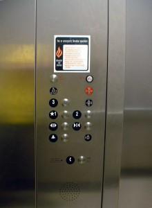 Dover_elevator_passenger_controls_(3_floors)-1